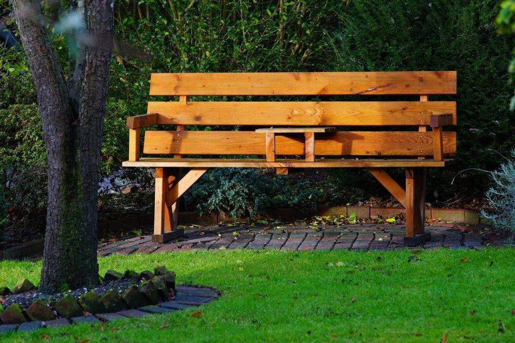 Die Holz-Sitzbank für den Blick auf Deinen Gartenteich